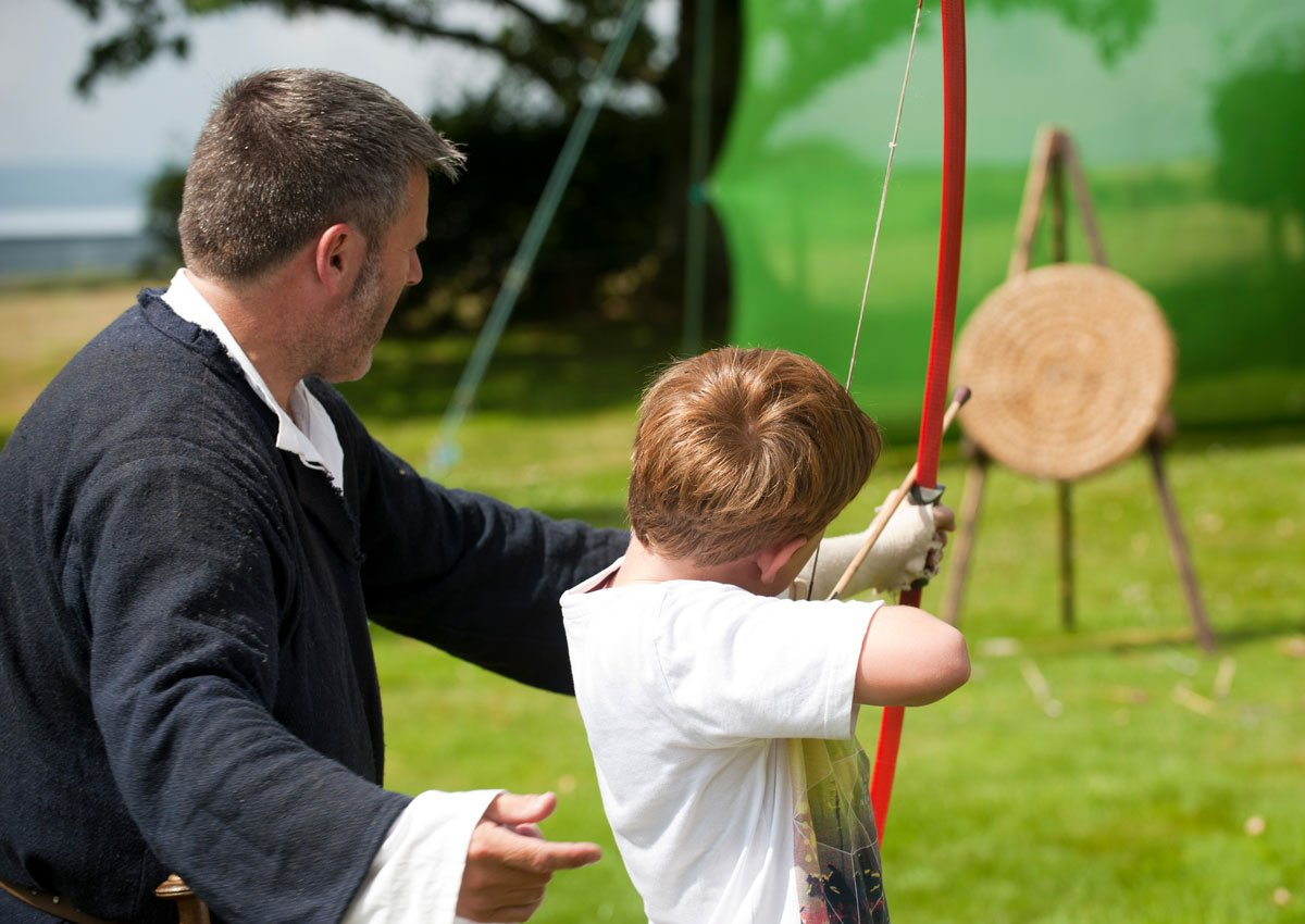 Ever talked with a Queen, joked with a jester or learned to shoot a bow and arrow? 👸 🤹🏹 We want to know how experiences at Scotlands historic places and with our traditions can affect wellbeing. Take part in the research: ow.ly/U5v450uUikh