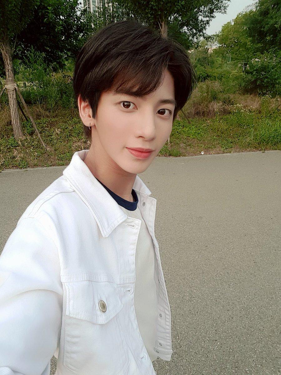 오랜만에 초록색 많은 곳으로 외출~~❣ 오늘 다들 좋은 하루 보내셨나용??? #태현 #Taehyun