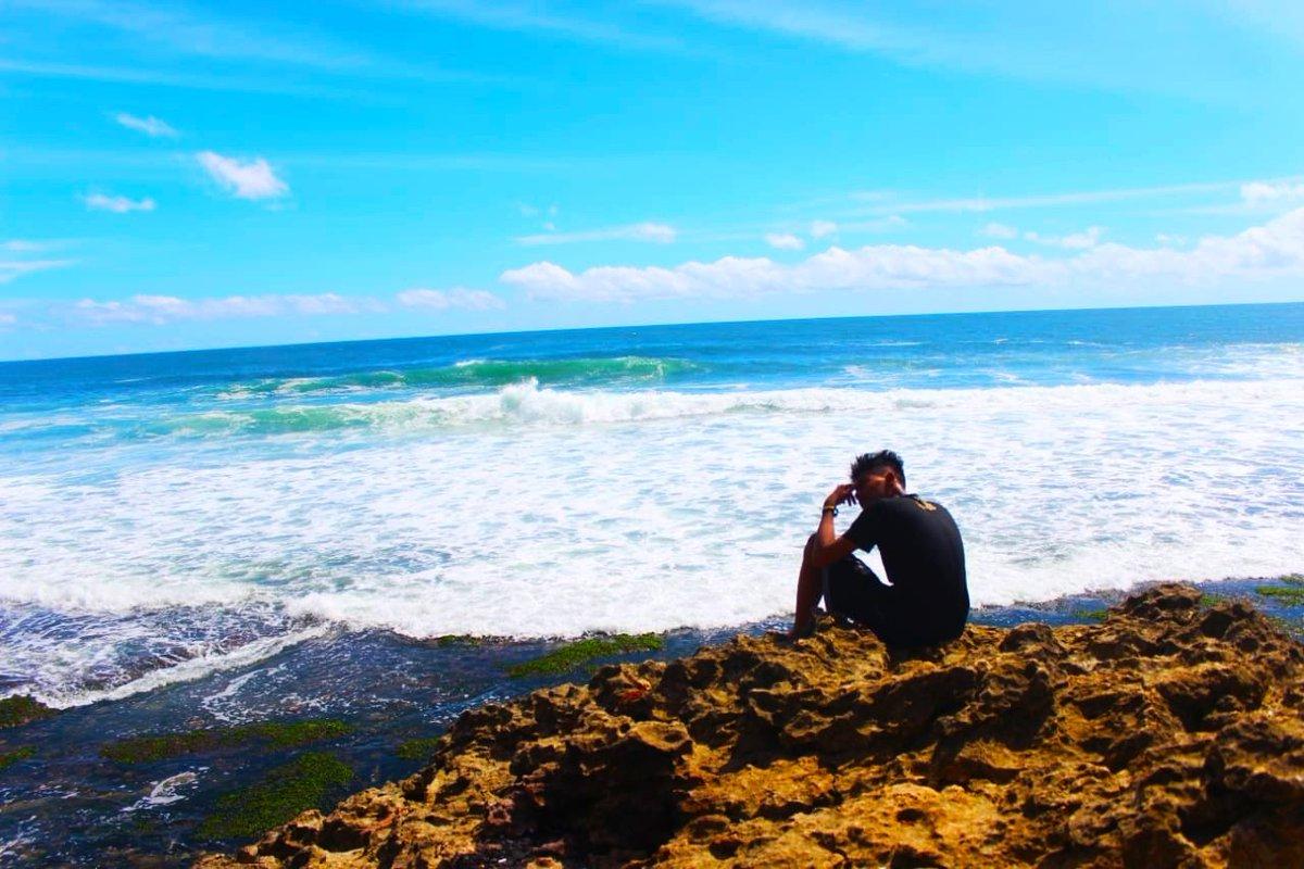 Sendiri 😂 #pantai #beach #indonesia #liburan #holiday #pesonaindonesia #bali #jalanjalan #sunset #lfl #wisata #gunung #wonderfulindonesia #jakarta #laut #exploreindonesia #sea #photography #nature #traveling #malang #pulau #travel