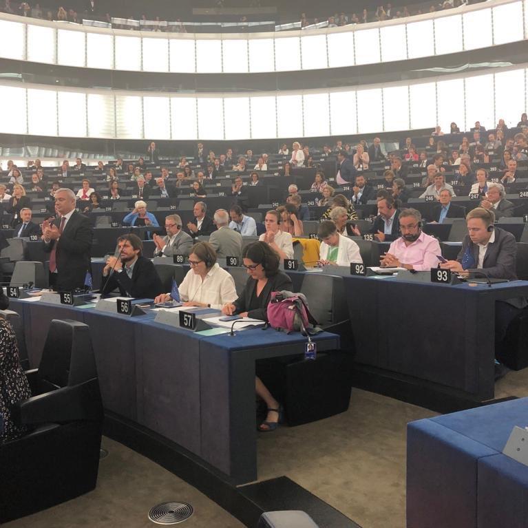 Standing ovation pour la prochaine Présidente de la Commission, sauf.... la gauche. La politique a des usages que l'usage ne connaît point 😉 @vonderleyen @Europarl_FR #plenpe #eplenary #vonderleyen
