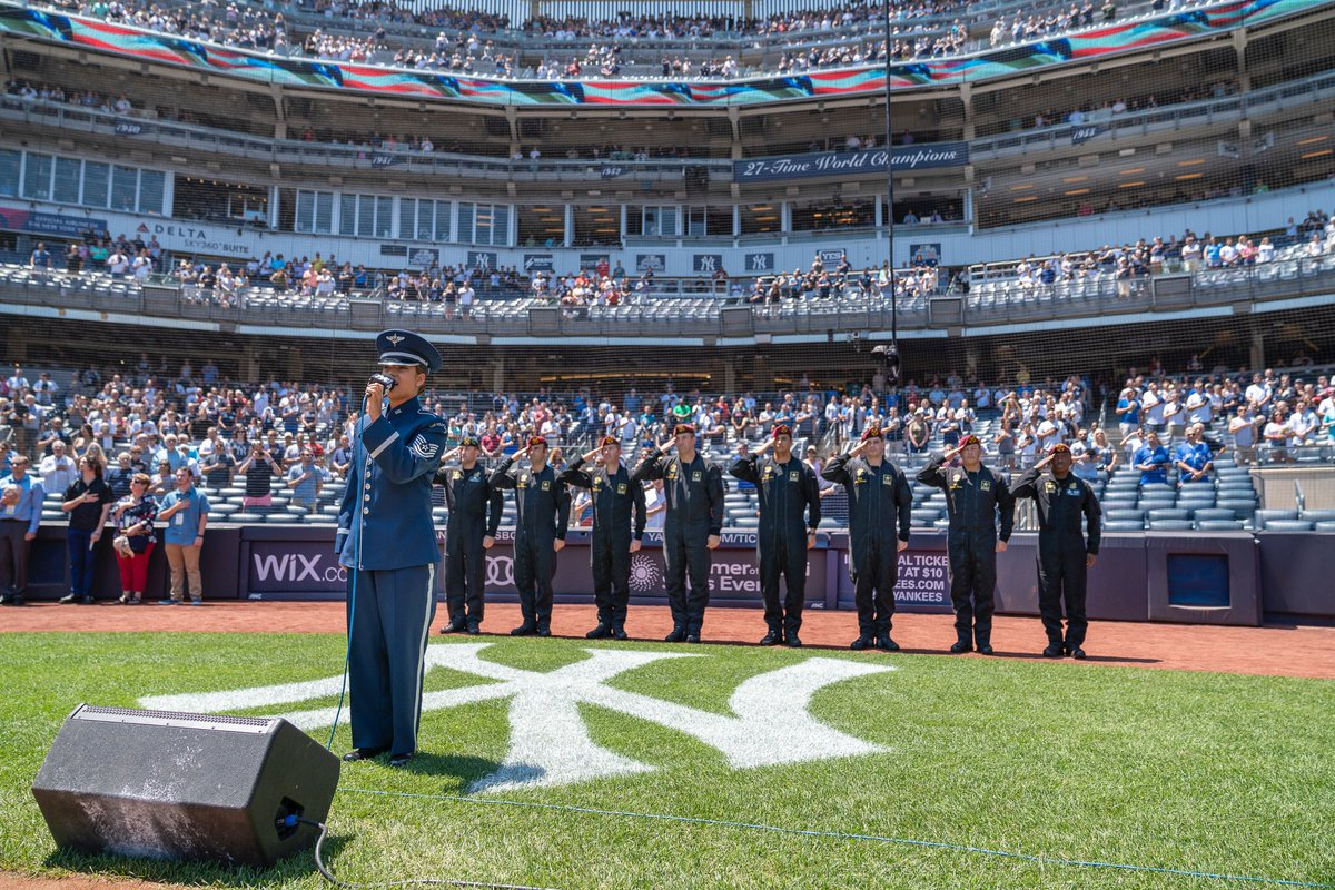 If you missed this weekend @Yankees games. The Golden Knights jumped into it!!!  @USAPTCommander @USAREC_CG @usarec   #Yankees #newyork #Bronx #yankeestadium #army #warriorswanted #armygoldenknight #freefall #skydriving<br>http://pic.twitter.com/V9XQgDdts7