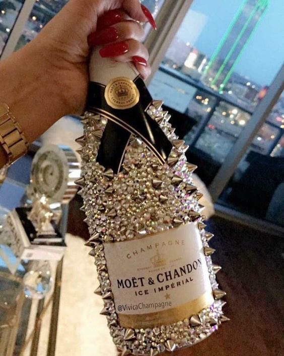 Uh, now see that is what my champagne needs so no one will steal it 🤗💋😍 #Champagne #Moet #TomHiddleston