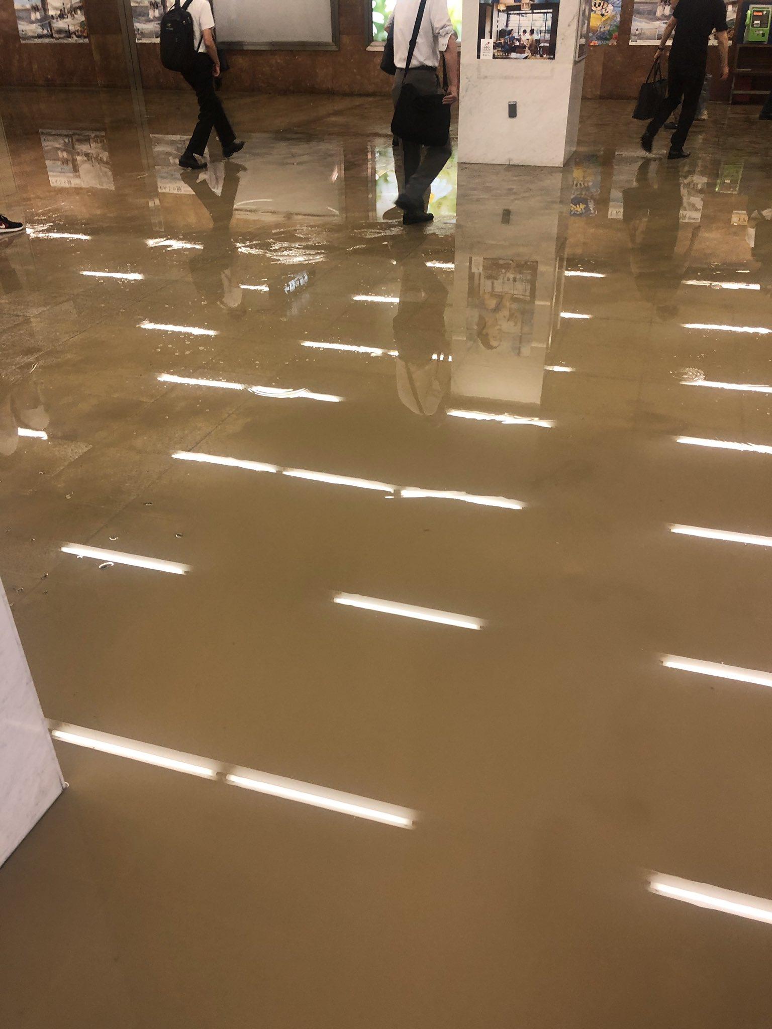 栄駅が大雨で浸水している現場の画像