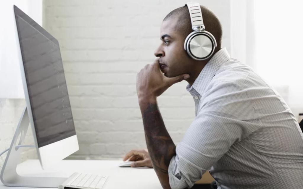 Does listening to music help or hinder creative thinking? According to @NUFeinbergMed, it may come down to which puts you in a better mood. bit.ly/2lN68QQ