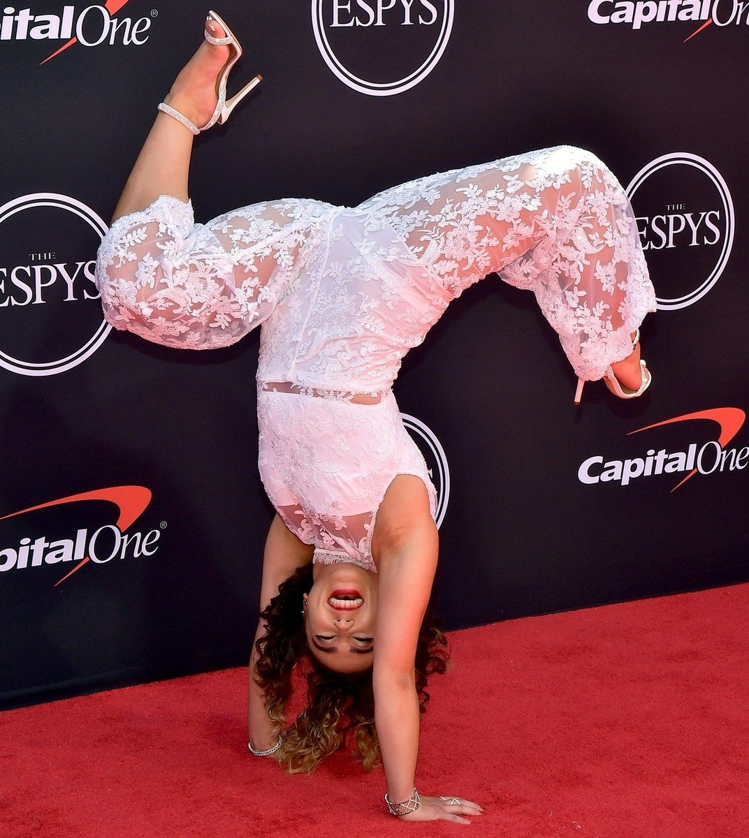 Gymnast Katelyn Ohashi Handstands Down The Red Carpet Like The Boss She Is #ESPYAwards https://follownews.com/5uzcd