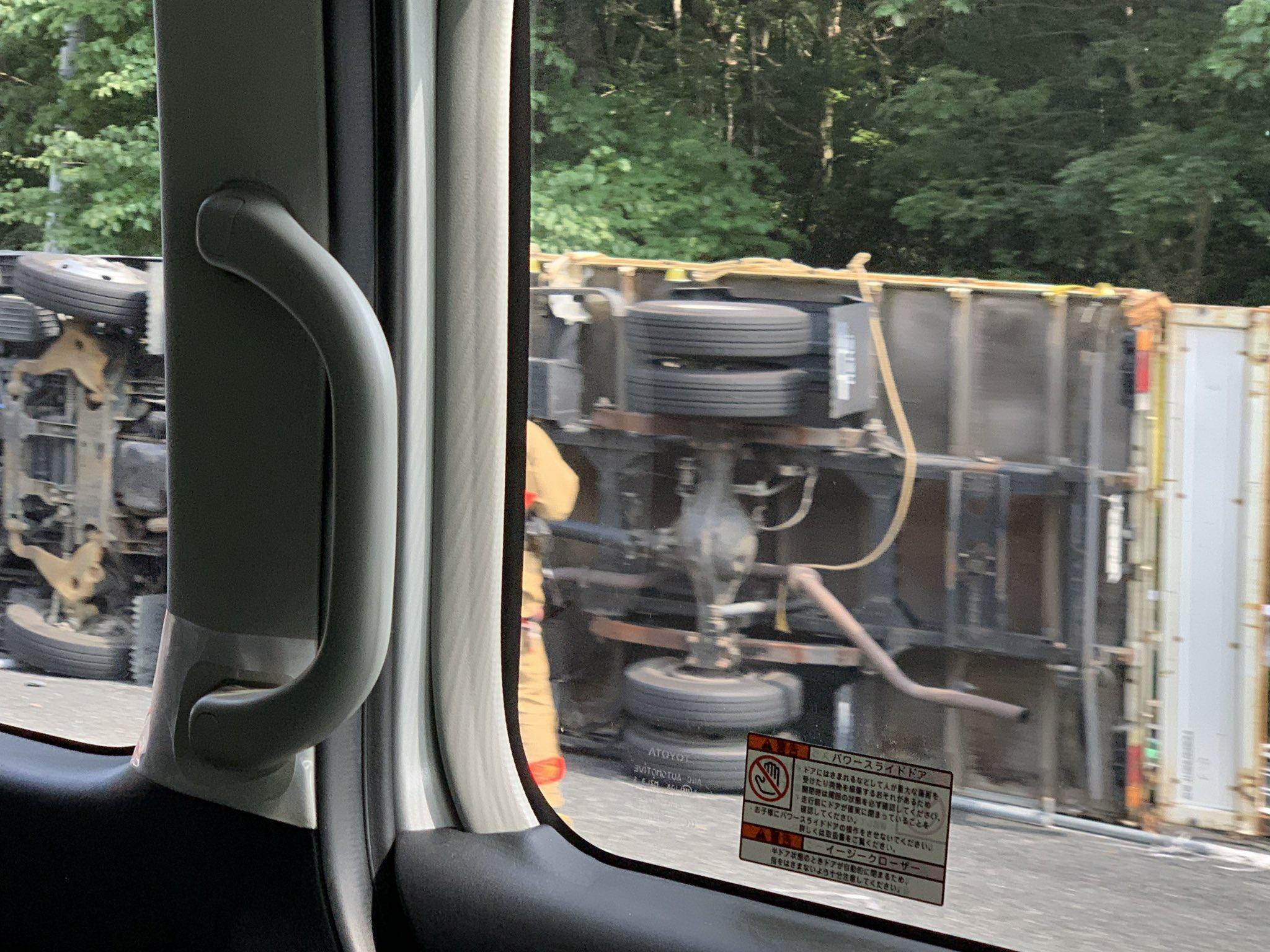 中国道の名塩手前でトラックが横転した事故現場の画像