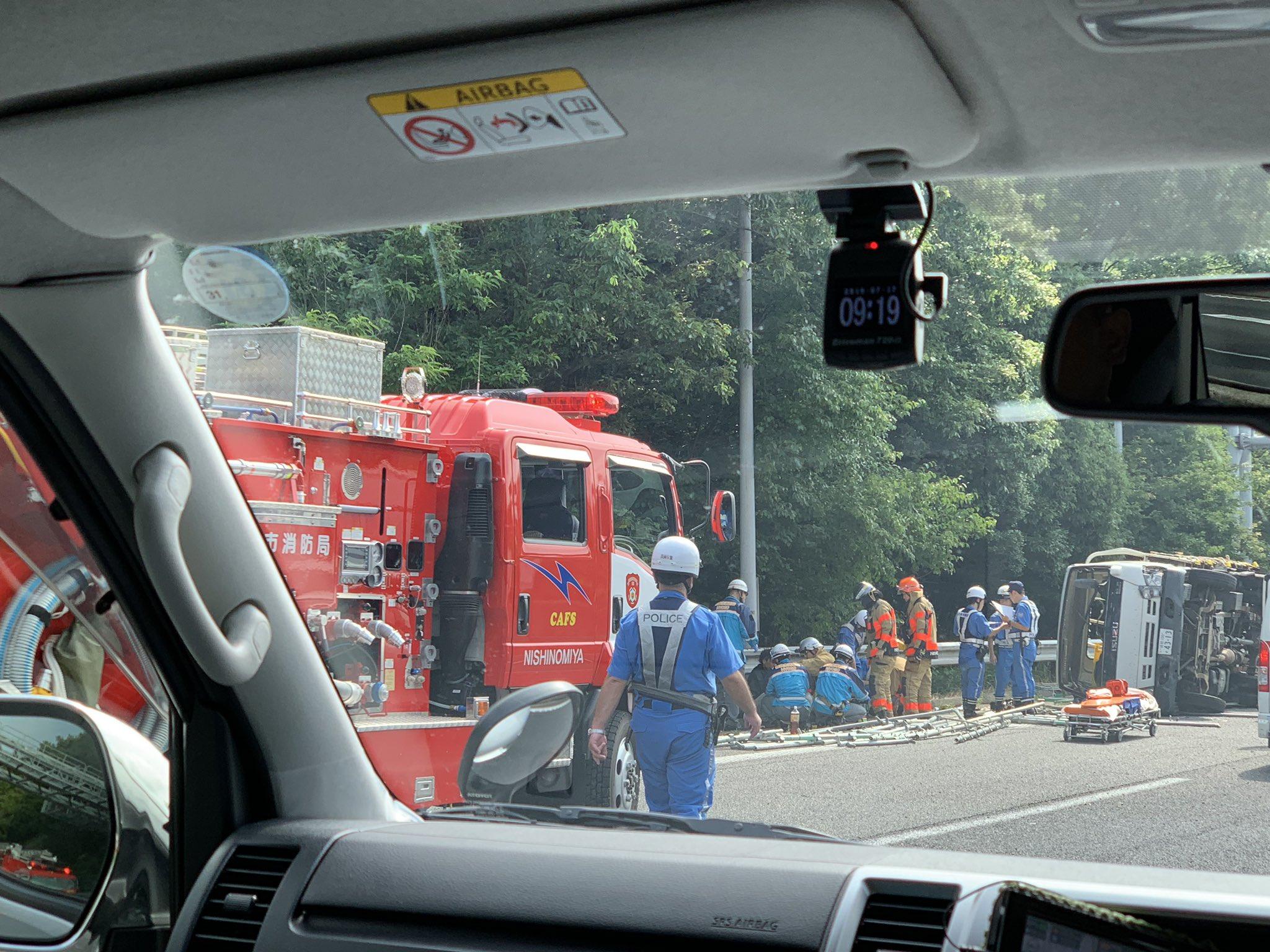 中国道上り名塩~西宮山口JCT間で足場が散乱する横転事故の現場の画像