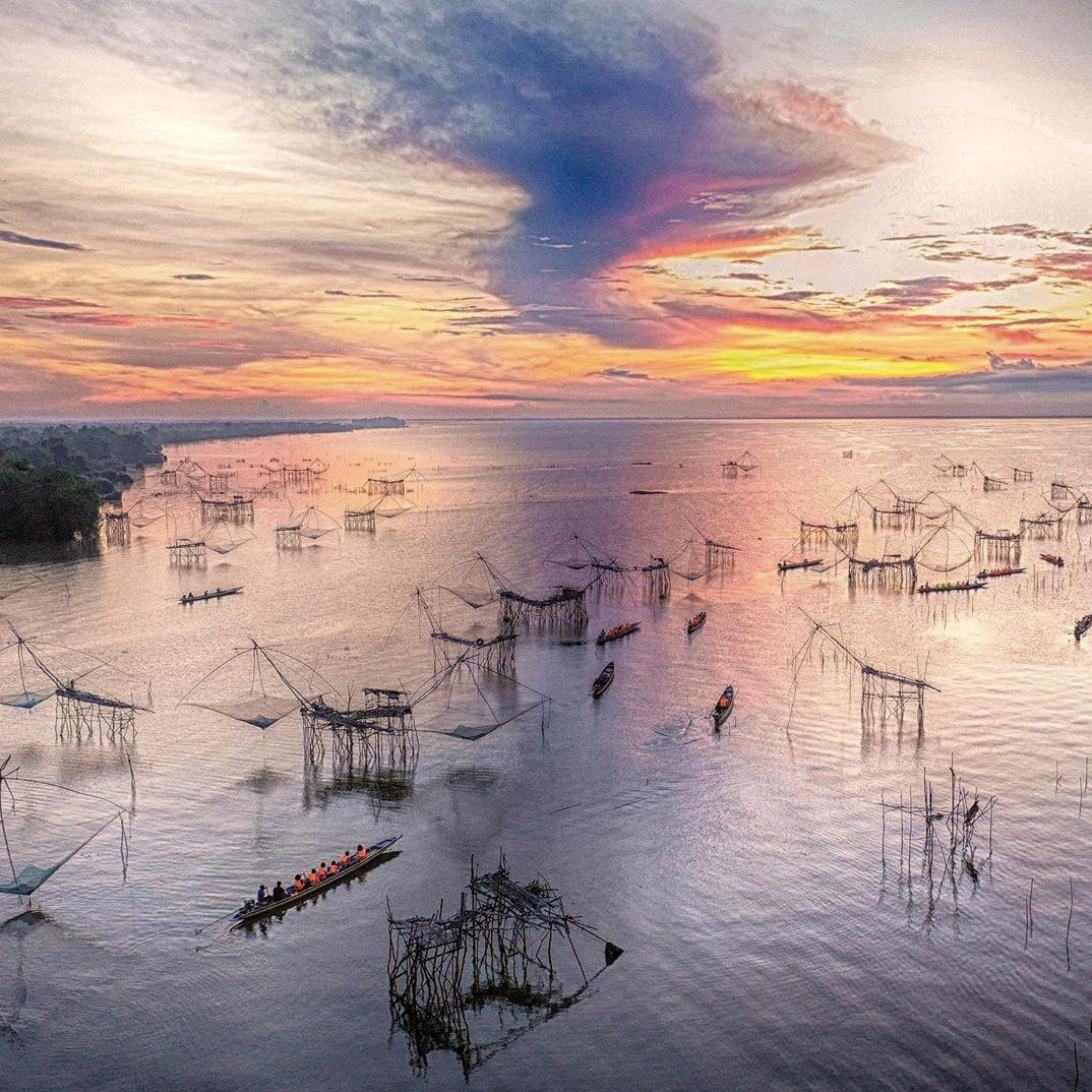 Morning glows through the stunning silhouettes of stilted fishing nets (yor)  at Pak Pra Village, Phatthalung.  #AmazingThailand #ReviewThailand <br>http://pic.twitter.com/PmcuIZgV9Q