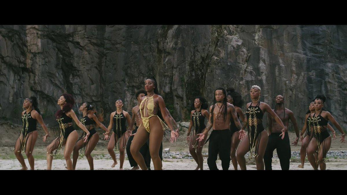 @IzaReal A Beyoncé se inspirou no clipe de Ginga pra fazer o #SpiritMusicVideo e eu posso provar: a thread