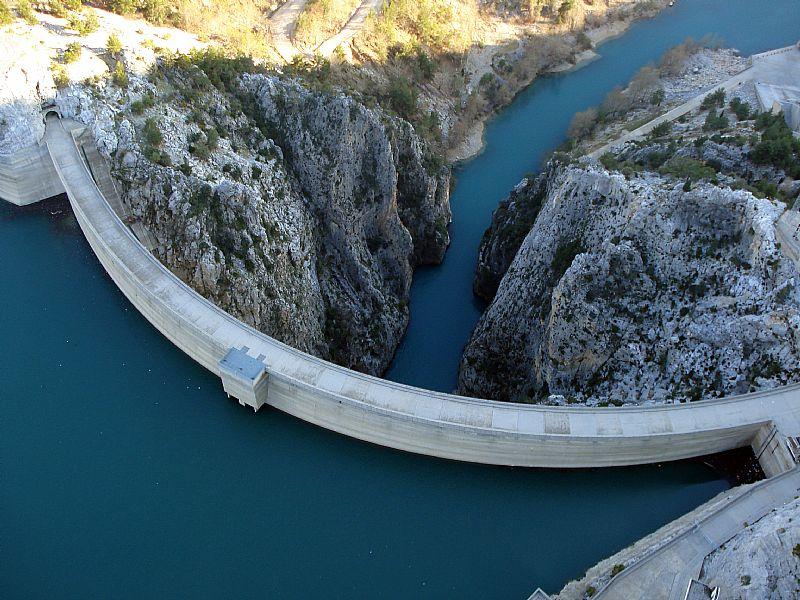 Esnaf diyor ki; #OymapınarBarajı;#ManavgatNehri üzerinde,#ElektrikEnerjisi üretimi için inşa edilmiş.. Manavgat'a 22 km. Ama,#ManavgatBelediyesi'ni #CHP kazanınca,geliri ile birlikte #AKParti'li Belediye  #Akseki'ye (2014)bağlandı. Baraj-Akseki arası 96 km.Tartışmaya devam...
