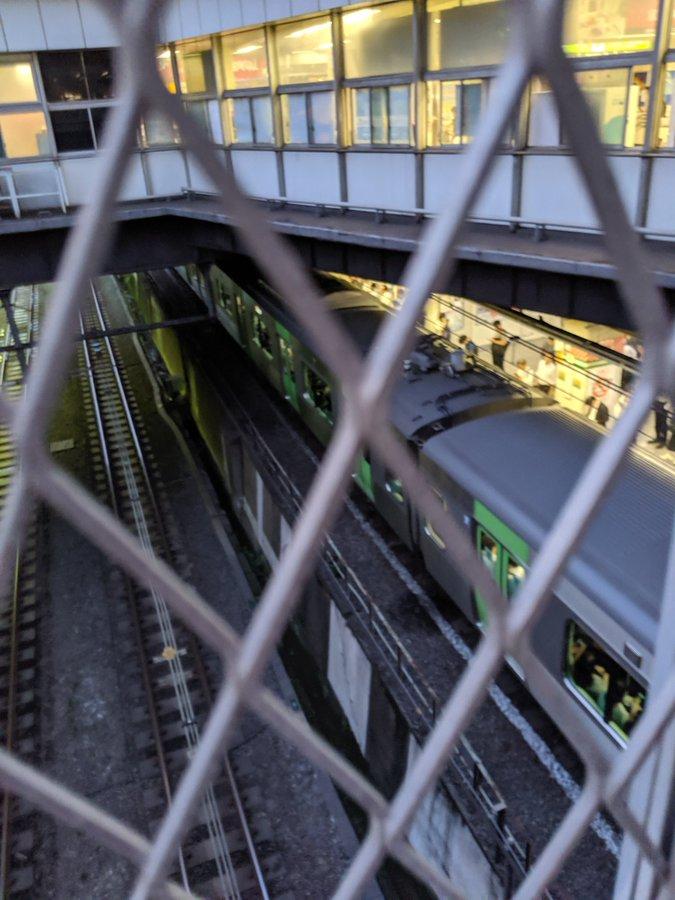 山手線の新宿駅の電車内で喧嘩が起き電車が止まっている画像