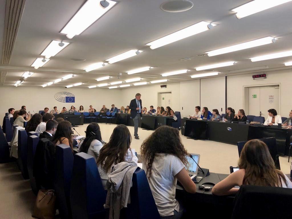 Excelente encuentro con estudiantes de @Comillas_RRIITI. Hablamos sobre prioridades y retos europeos para los próximos 5 años: cambio climático, empleo, economía, migración, Brexit, educación, jóvenes, política exterior....También sobre el papel de #España en la #UE.