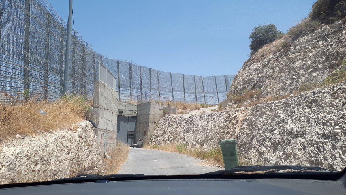 En Al Walajah, este check pont se levantó sólo para controlar a 1 palestino que se negó a entregar o vender su tierra a Israel y no pudieron confiscarlo. Modelo de resistencia y amor a la tierra!!! Ayer estuve allí para ser testigo de esta arbitrariedad. #PalestinaLibre