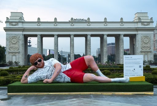 A massive statues appeared in a park in Moscow, ahead of his concert in the city later this week. Yep - its Ed Sheeran. #CapitalReports