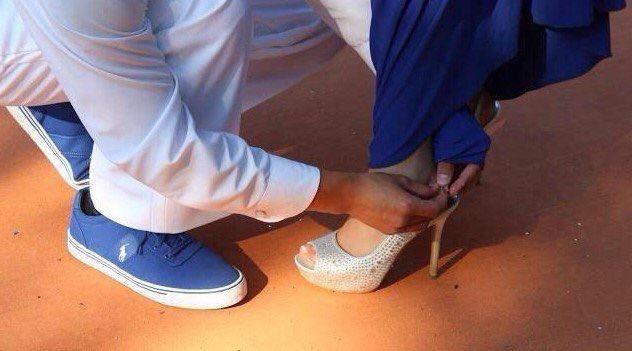 سوال / رجل يربط حذاء زوجته فالشارع . هل هو حب أو أهانه⁉️