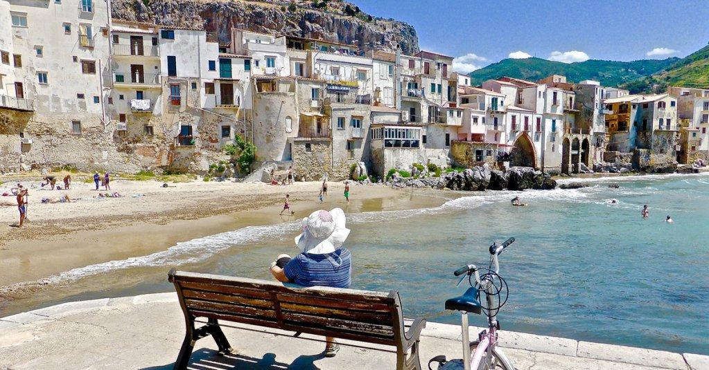 """Cosa ti manca della Sicilia?"" ""U scrusciu du mari.""  #blogsicilia #sicilianinelmondo #cefalu"