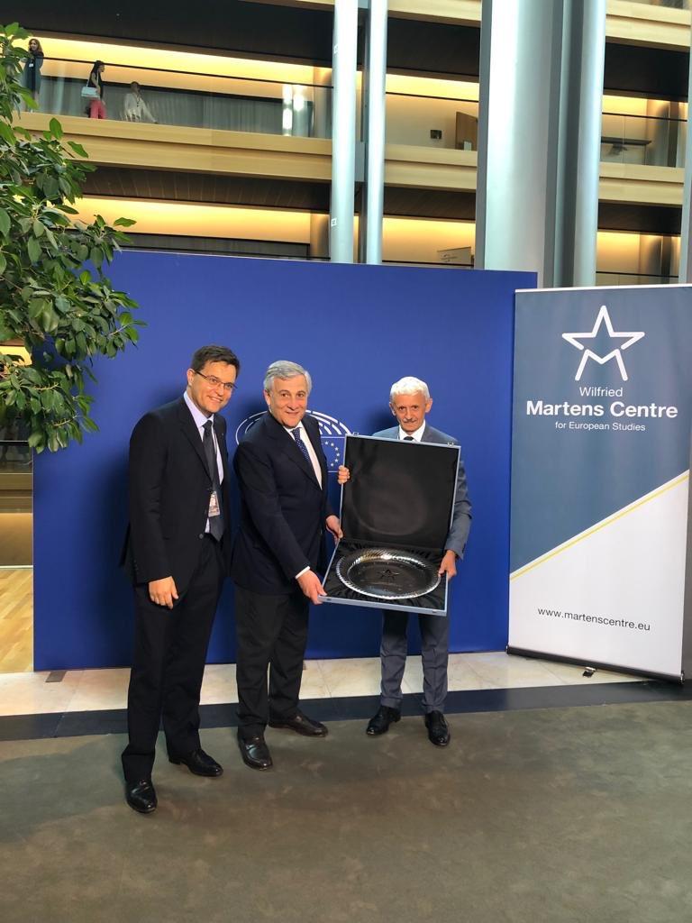 Sono onorato di ricevere il premio @MartensCentre per l'impegno a favore del progetto europeo. Continuerò a far sentire la voce del Ppe in tutto il nostro continente e a lavorare per un'Europa unita e forte, capace di proteggere efficacemente i suoi cittadini.