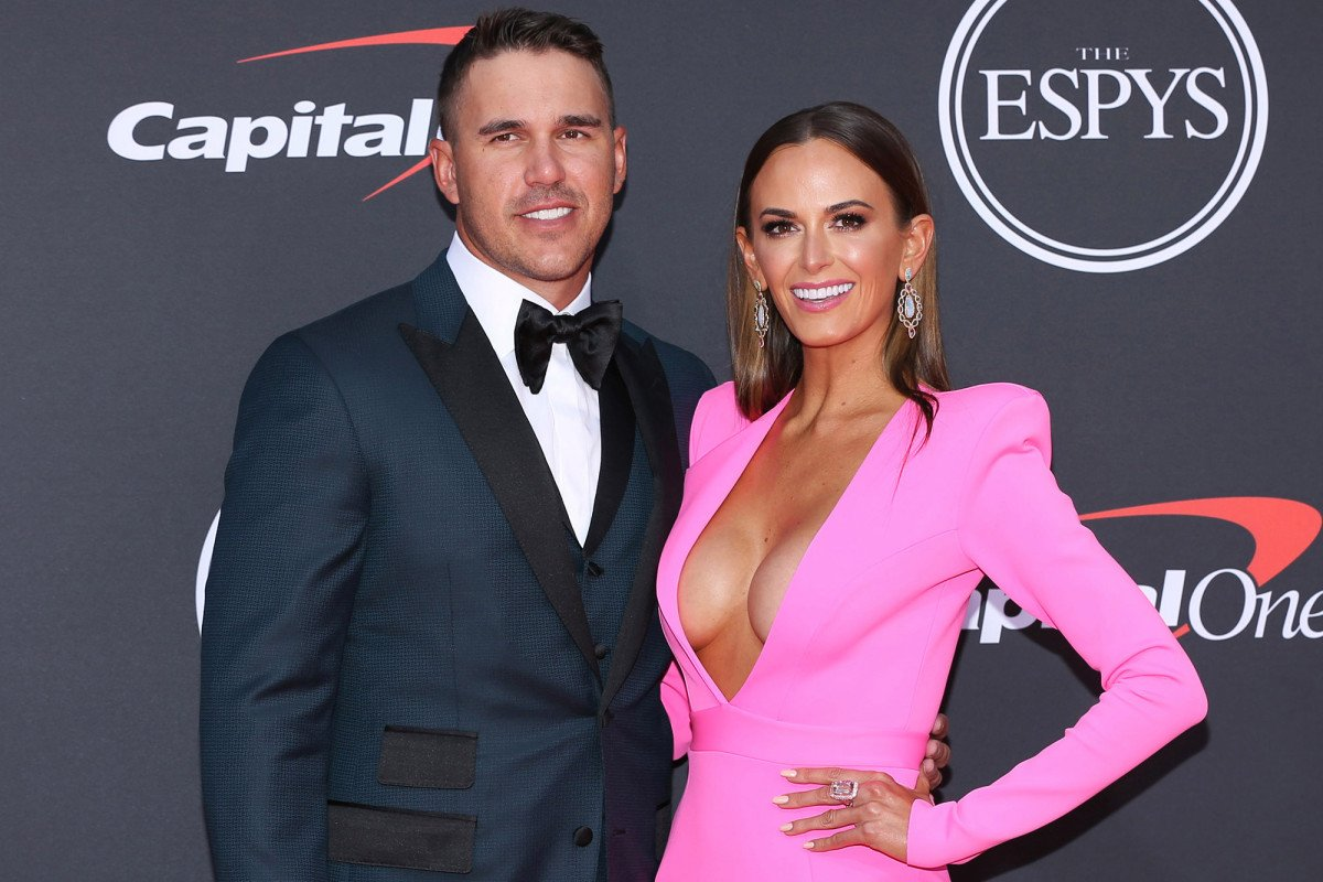 Jena Sims gives Brooks Koepka relationship update on the rocks https://t.co/fiogPZyPT4 https://t.co/xaVcX5p5iE
