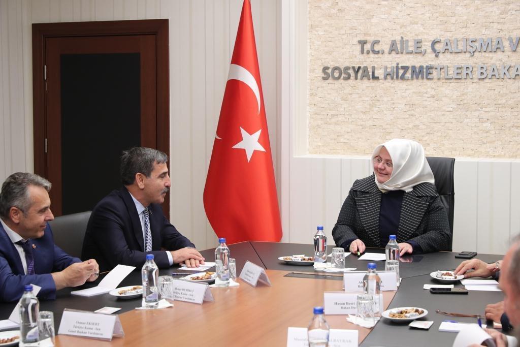 Türkiye Kamu-Sen Genel Başkanı Sn. @OnderKahveci ve beraberindeki heyeti bakanlığımızda ağırladık.  Vatandaşlarımıza en iyi hizmeti sunmak ve kamu hizmetlerine erişimi kolaylaştırmak için görev yapan kamu personelimize yönelik yapılan çalışmalarımızı ele aldık. @Kamu_Sen
