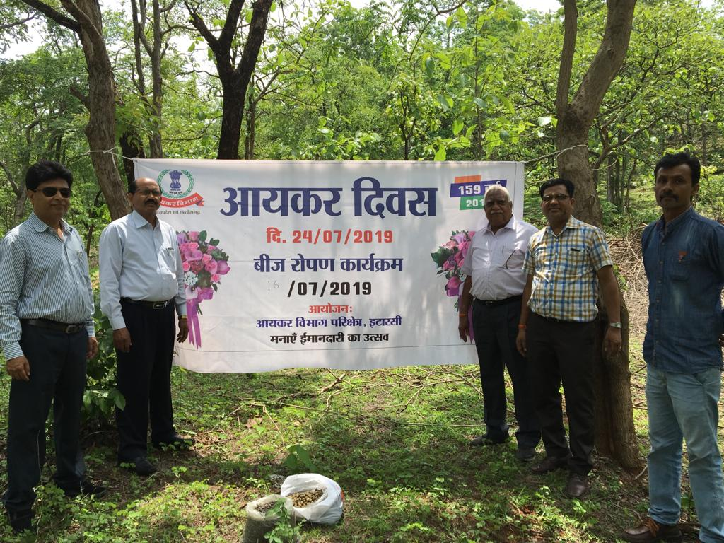 As part of the fortnightly celebrations of the 159th Income Tax Day, an extensive tree plantation drive & spreading of seedballs was organized across various MP&CG districts #IncomeTaxDay @IncomeTaxIndia @FinMinIndia @irsofficerindia @AIRBhopal @PIBBhopal @airnews_bhopal @moefcc<br>http://pic.twitter.com/DwPA5MCNzr