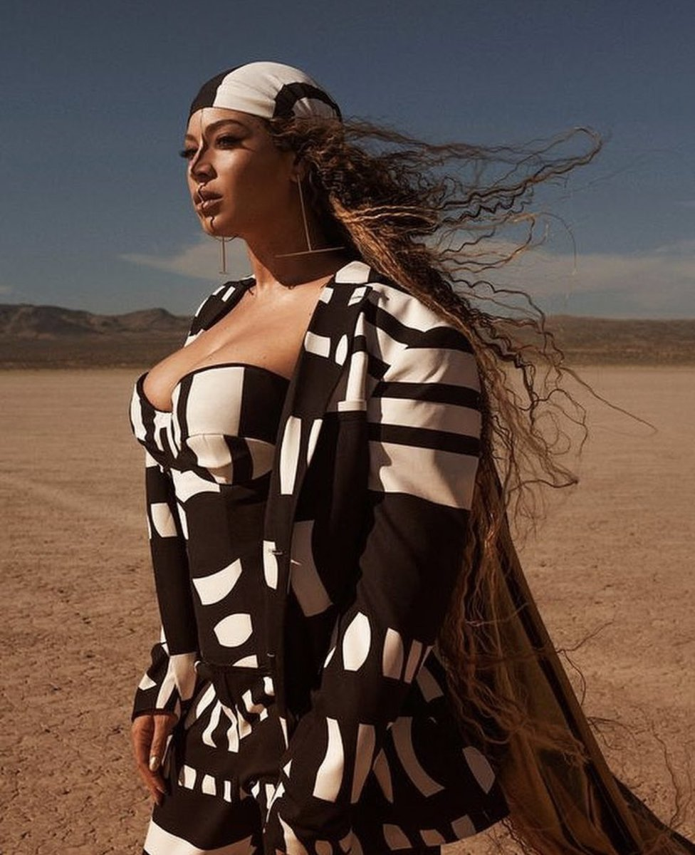 Beyoncé in custom Tongoro Studio bustier, suit + durag. It was made custom for her in Dakar, Senegal where Tongoro is based.   Senegal is known for their thriving textile industry. Fabrics with unique prints + patterns are a speciality. This suit really showcases that heritage <br>http://pic.twitter.com/HUjr6JfExJ