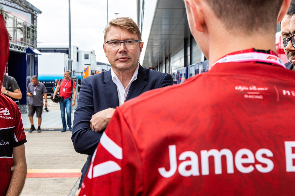 What in the name of all that's holy did I say to @F1MikaHakkinen for him to look at me like this?😲👀