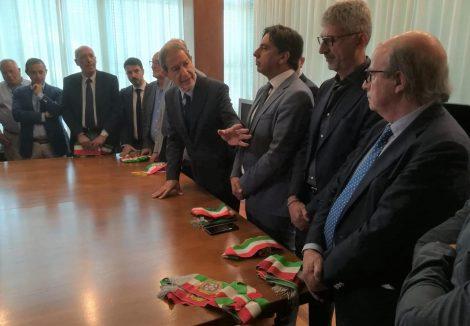 Strade, l'incompiuta Catania-Ragusa: sindaci consegnano a Musumeci fasce tricolori in segno di protesta - https://t.co/CAxEEmzZ9Y #blogsicilianotizie