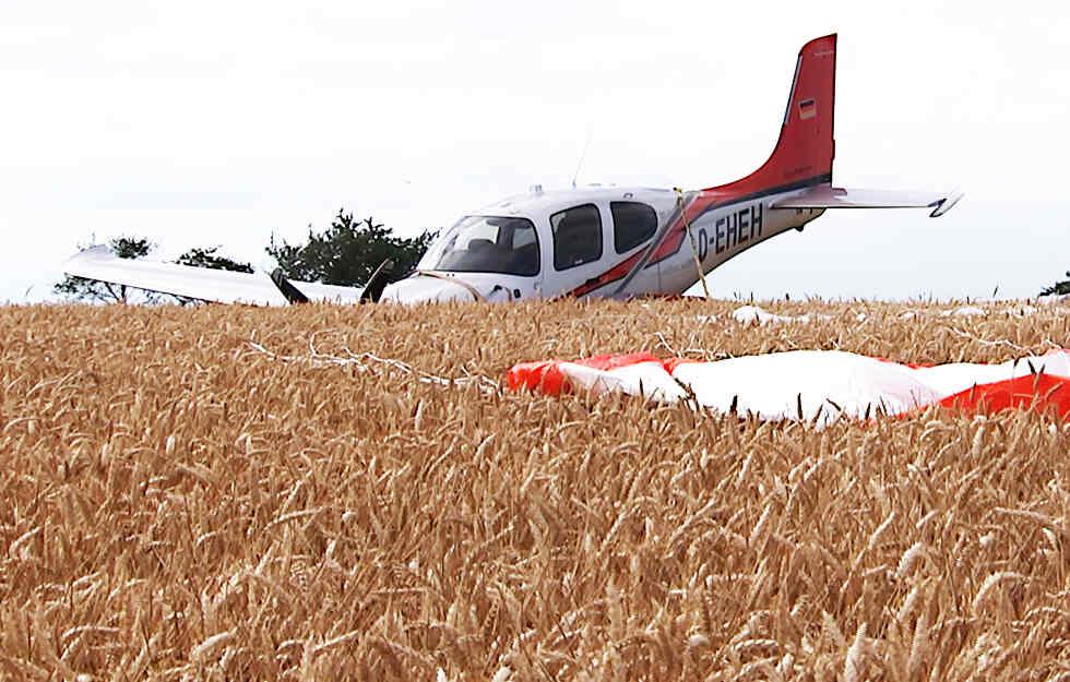 #ALEMANHA: devido a problemas no motor, o piloto do #Cirrus SR22 (D-EHEH) acionou o paraquedas emergencial da aeronave (CAPS - Cirrus Airframe Parachute System), pousando próximo a Peritzsch, sem ferimentos. Fonte: @TAG24LE - http://www.AeroEntusiasta.com.br #SR22 #Avgeeks #parachute