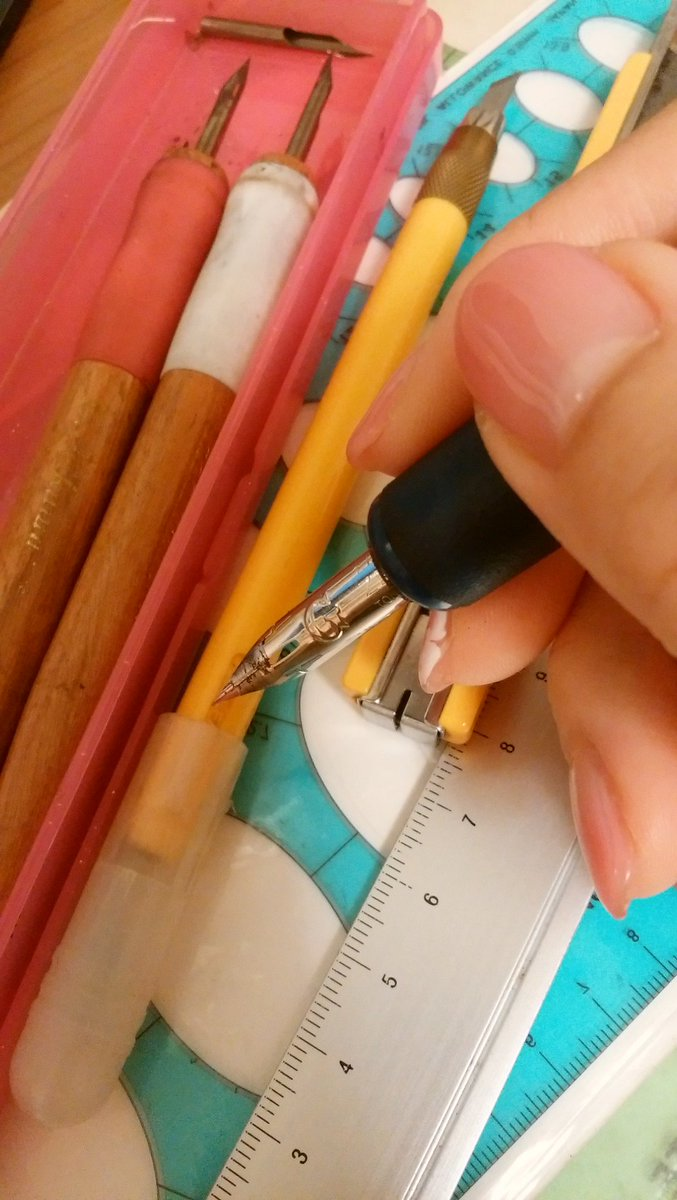 捨て魔なのにマンガの道具のこれだけはさすがに捨てられなかった😂 ペン先、G、丸(ともにゼブラ) トーンナイフ、カッターナイフ、楕円定規…😇✨ まめちゃんのツイート見て懐かしくて出してきた😳