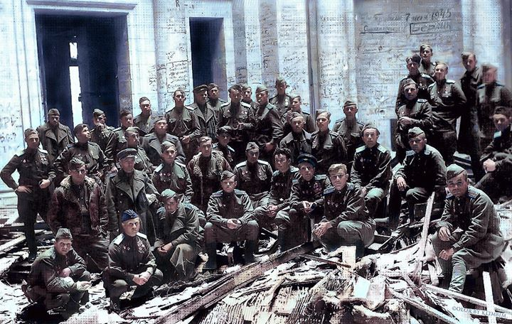 Personnel of the 189 Guards Brest Order of Suvorov 3 class, ground attack aviation regiment after victory at the walls of the destroyed Reichstag, May 1945. Beautiful colorisation by Olga Shirninapic.twitter.com/WtK51SlKFb