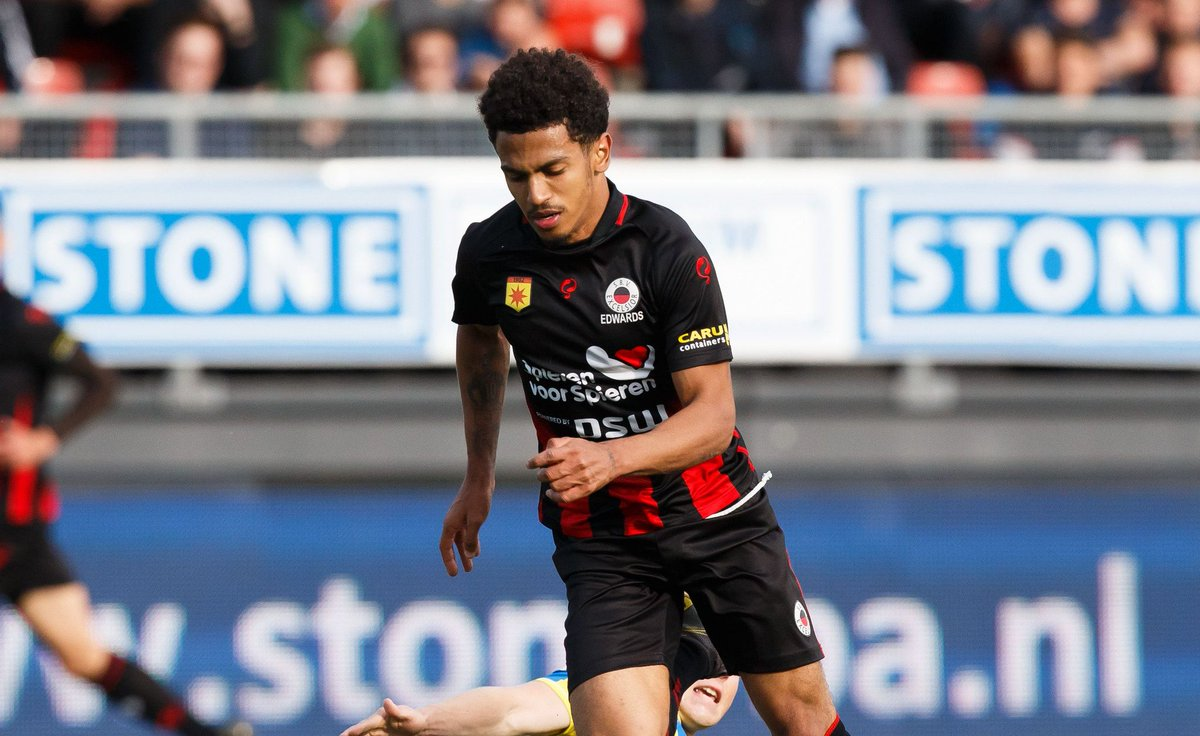 Marcus Edwards: Only Thijmen Goppel (4.4) completed more dribbles per 90 than Edwards (4.3) in the Eredivisie last season (10+ apps) For more player stats -- whoscored.com/Players/279177…