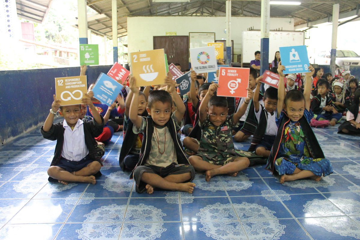 Hands up if you ❤️@TheGlobalGoals Check out all our free resources here: worldslargestlesson.globalgoals.org