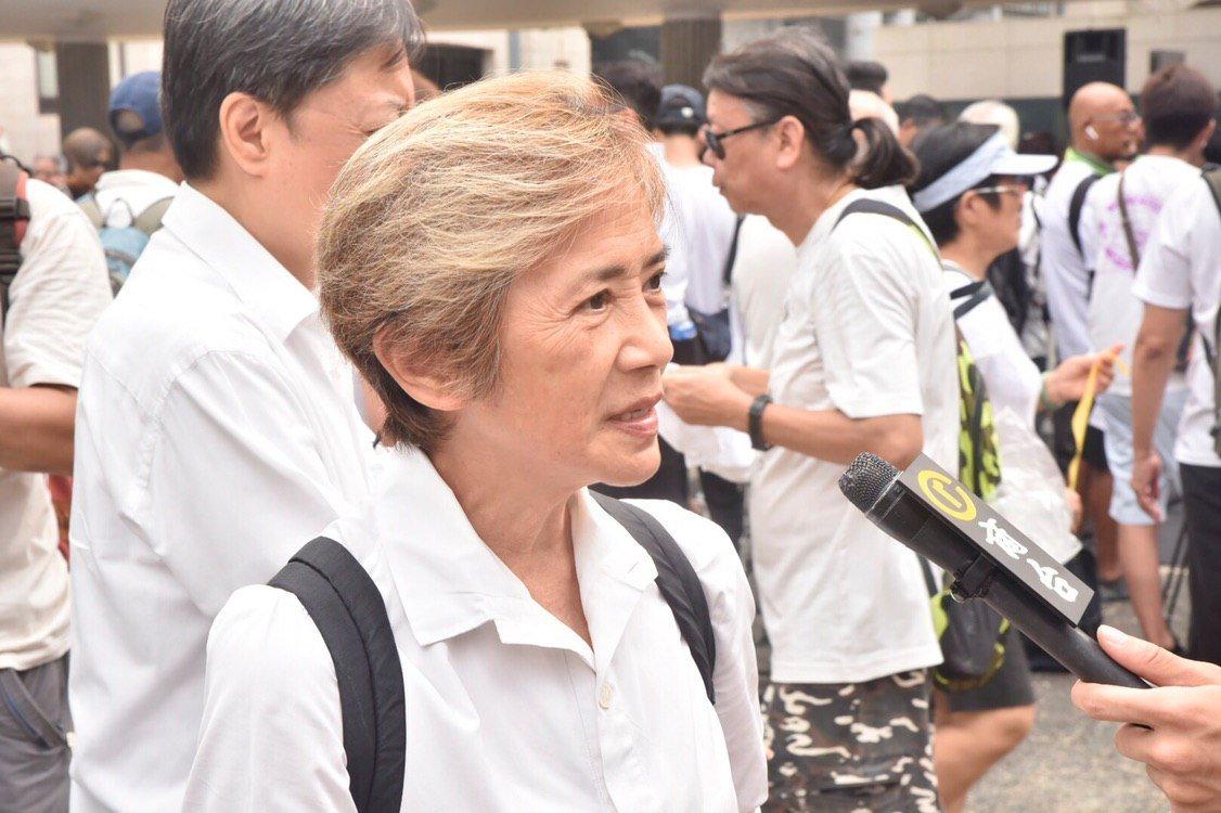 7.17 #葉德嫻  稱讚年輕人做得好好 https://bit.ly/2NYFQZH 【即時】(17:21) 長者下午發起銀髮族遊行,重申五大訴求,包括正式撤回《逃犯條例》修訂等。演員葉德嫻再次參與遊行,她指六月有200萬人上街,但政府依然對五大訴求充耳不聞,斥當局可恥。 #HongKongProtest