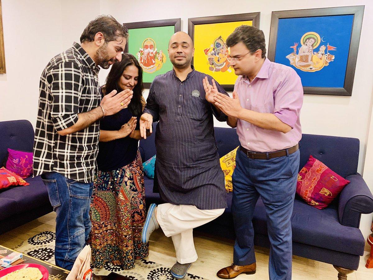 The #FrugalIndian was worshipped as Tyagi Maharishi Sri Frugalananda Maharaj by noted punjabi intellectuals @ARanganathan72 @sonalkalra & @desimojito. Dinner (pure veg) 2 types of paneer, mutton burrah, keema mutton, salty caramel eclairs, dark chocolate apples & tiramisu