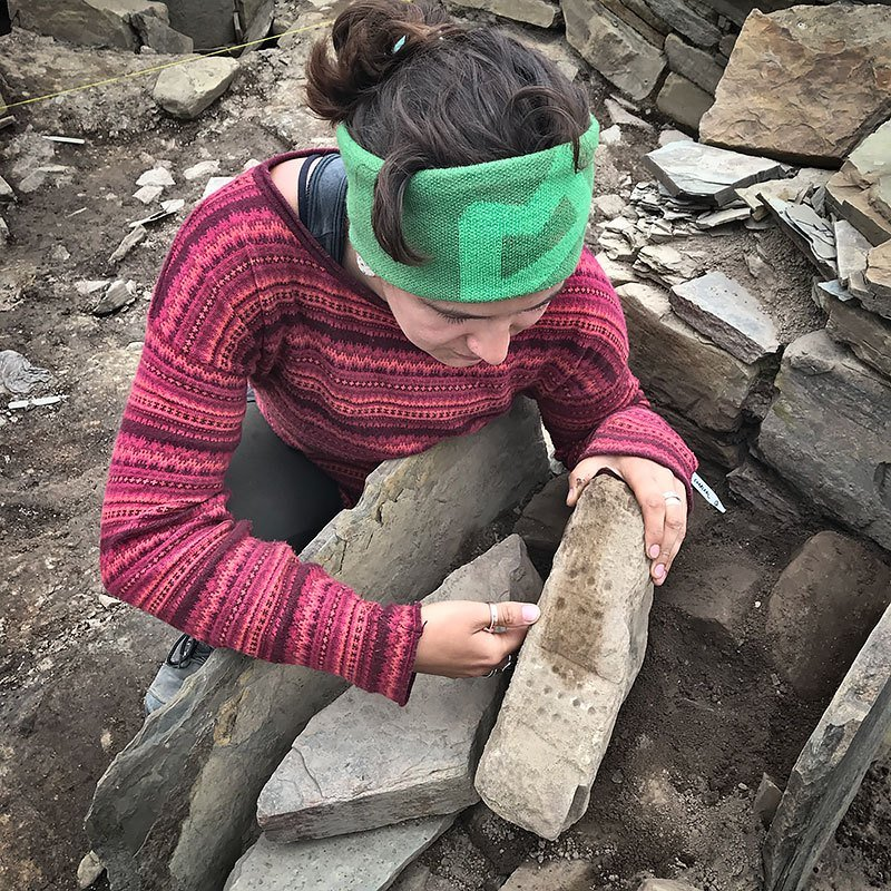 Dig Diary Extra – More photographs of Structure Eight's 'dotted' stone #orkney #orkney #nessofbrodgar #archaeology #neolithic #ScotlandDigs2019 https://www.nessofbrodgar.co.uk/dig-diary-extra-more-photographs-of-structure-eights-dotted-stone/…