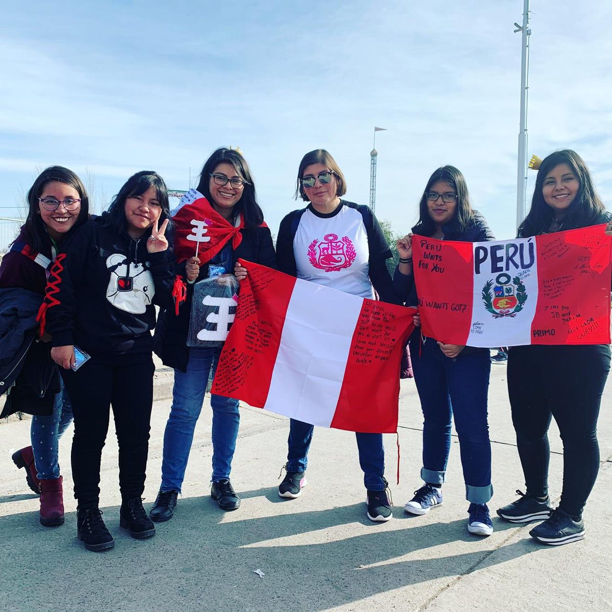 (1/2) CHILE IGOT7  These dedicated fans made the trip from Peru to see @GOT7Official!  Bee saw GOT7 for the 1st time, & was so inspired that she got a tattoo after the show!  These ladies came prepared with balloons to show their love!  #GOT7inChile #LiveNation #Bizarro<br>http://pic.twitter.com/awVTsOcqEq