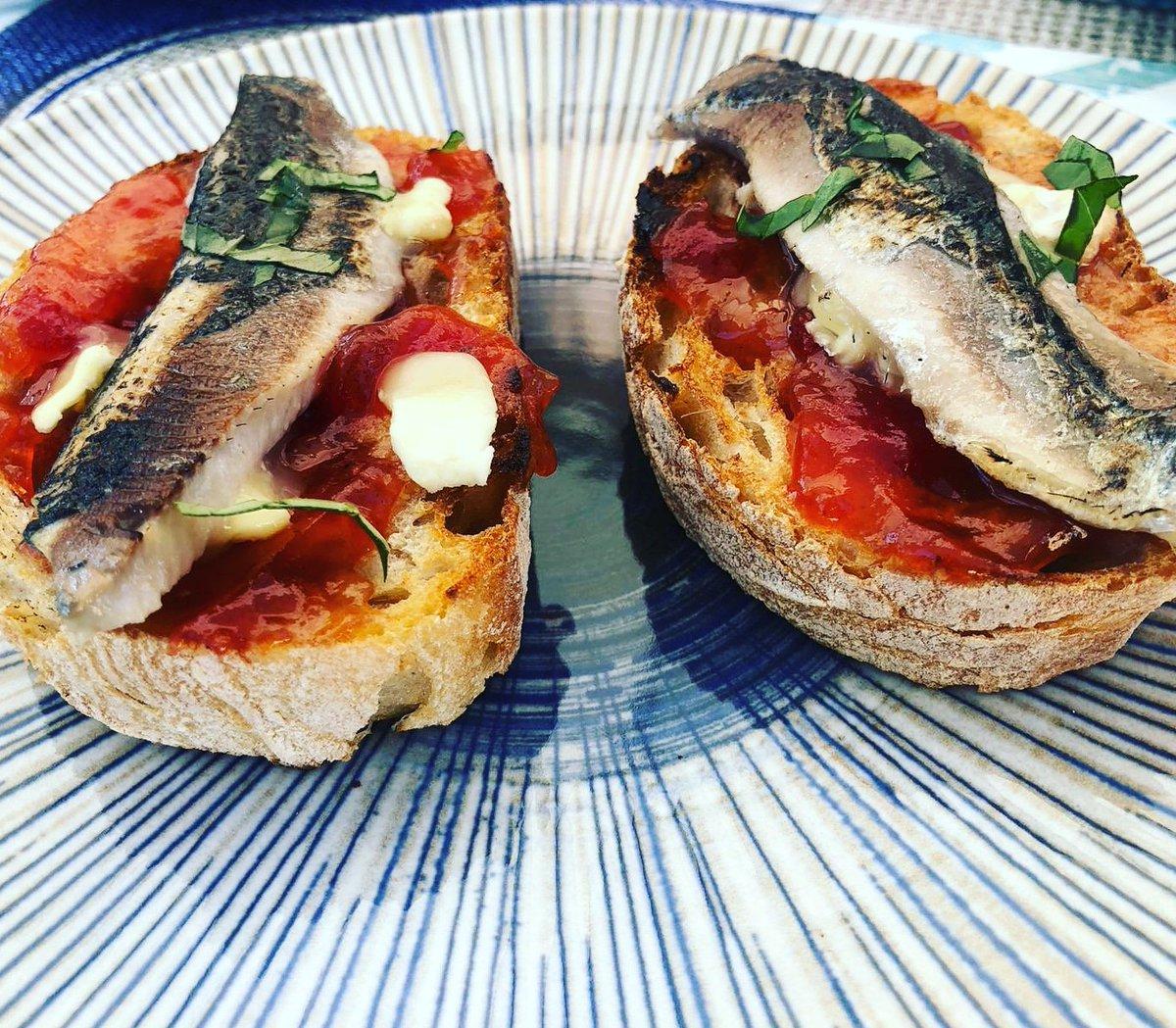 #miercolesdevino con @tisonfe  @nanapikonico y tosta de sardina a la llama, mermelada de tomate, queso do #cebreiro y albahaca. 😋😋😋😋 Receta magistral de @elcocinerocasero  #vigo #feitonacasa #comoencasaenningunsitio #comomevoyaponer #encasacocinoyo #recetas #cousine #cocina
