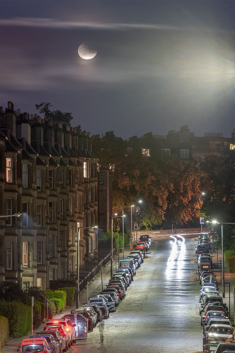 The lunar eclipse over Comely Bank Ave last night. Edinburgh is the perfect place for showing off yer fancy lumieres @edinburgh @EdinburghWH @_KSLD_ #ScotlandIsNow