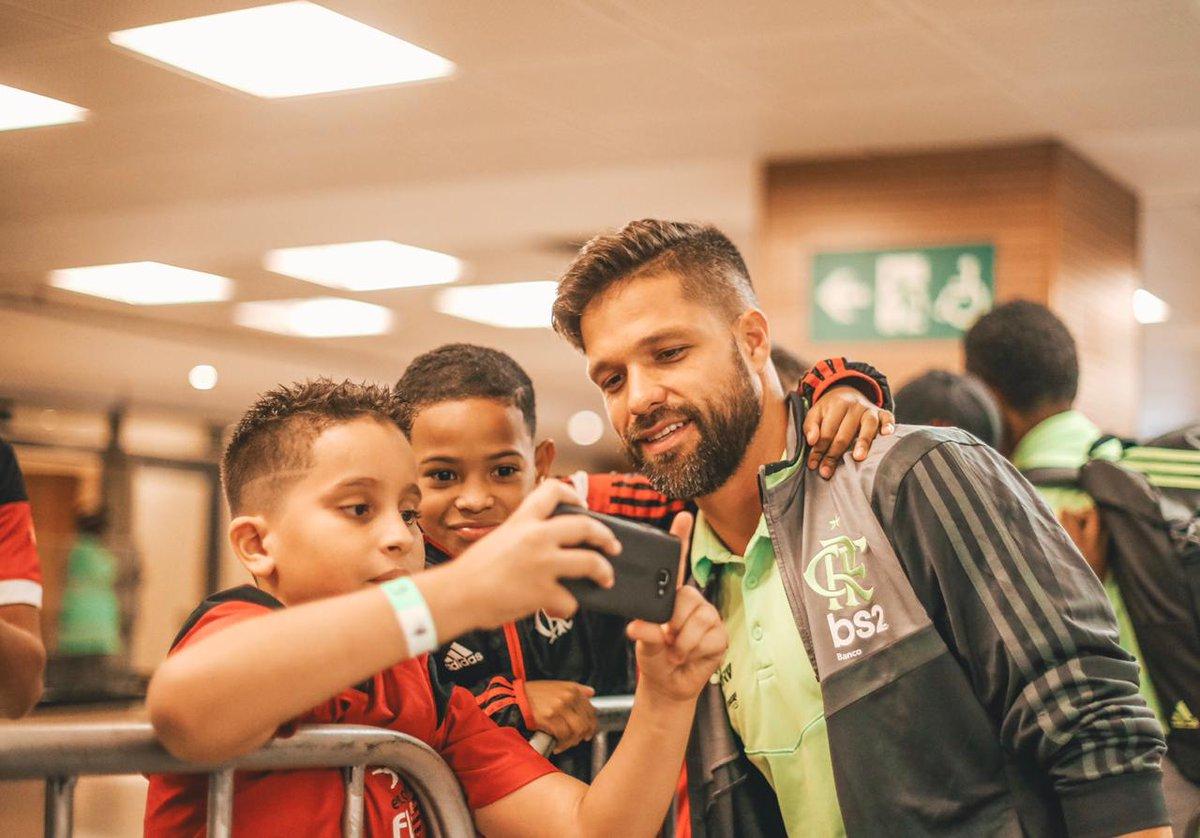 QUE IMAGEM! O craque Diego deu aquela moral para os pequenos rubro-negros! É o futuro da Nação representado no Maraca! Seja sócio-torcedor e tenha sempre mais Flamengo! Acesse http://mengo.com.br 🔴⚫