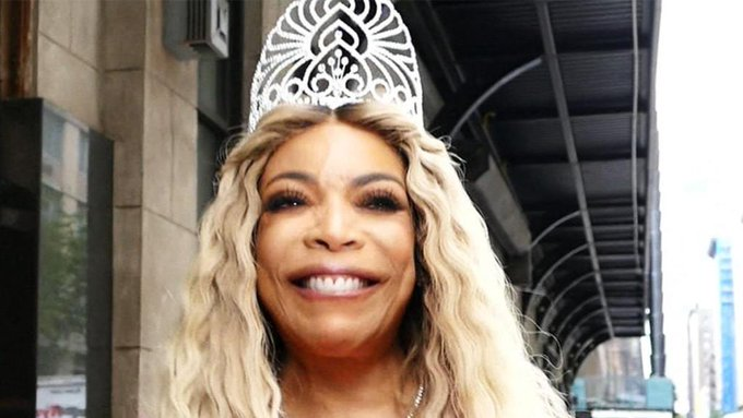 Wendy Williams Gets Sung Happy Birthday byPaparazzi
