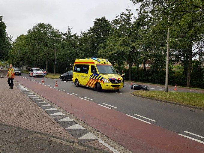 's'Gravenzande Aanrijding scooter / auto Koningin Julianaweg Wattstraat. Man gewond in ambulance. https://t.co/6VDOsd5e4K