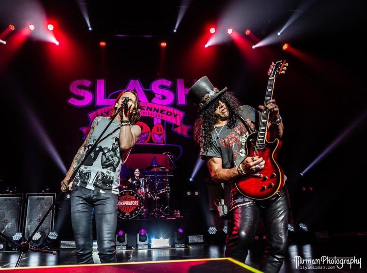Amazing photos in Seattle! . 📸 :  @IlyaMirman  . #slash #guitar #smkc #gunsnroses #myleskennedy #slashlive #gibson #livingthedream #tour #tourlife