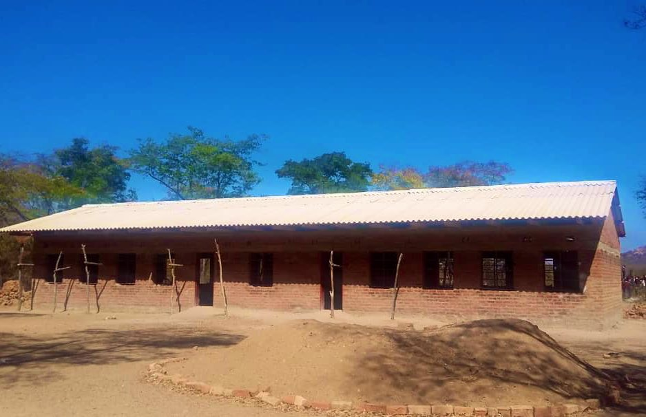 After the community built this classroom block at Etna Secondary School 🏫 in Mhondoro-Ngezi, #UKaid 🇬🇧 through the @UNICEFZIMBABWE-managed School Improvement Grant (SIG), has provided roofing materials to complete the project#AidWorks #Education