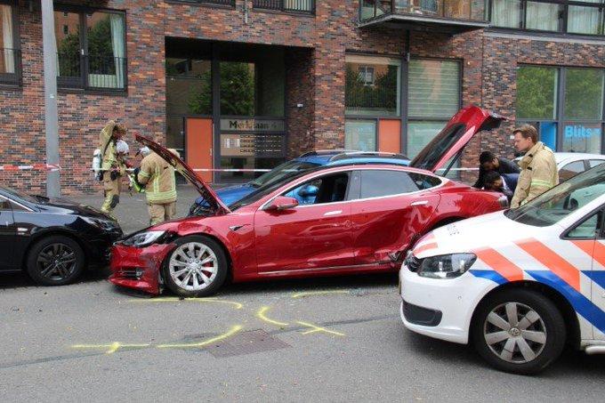 Rotterdam: Gestolen Tesla klem gereden door de politie https://t.co/ec8Kc5NvqI https://t.co/U4JPcAjQql