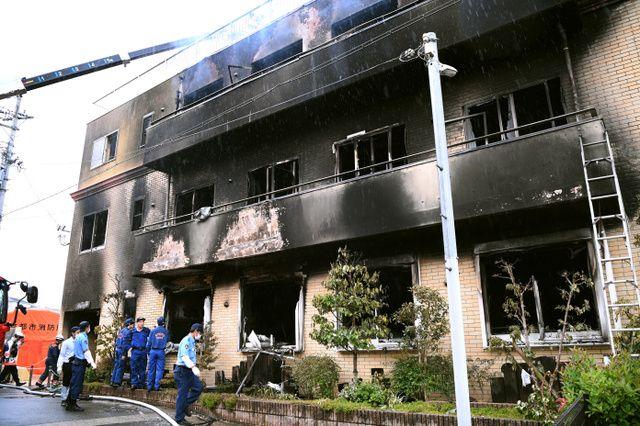 京アニ火災、死者25人に 身柄確保された男は意識不明 警察によると、火をつけた後に現場から逃走し、近くで確保された男は重いやけどを負っているようです。 #PrayForKyoani #京アニ