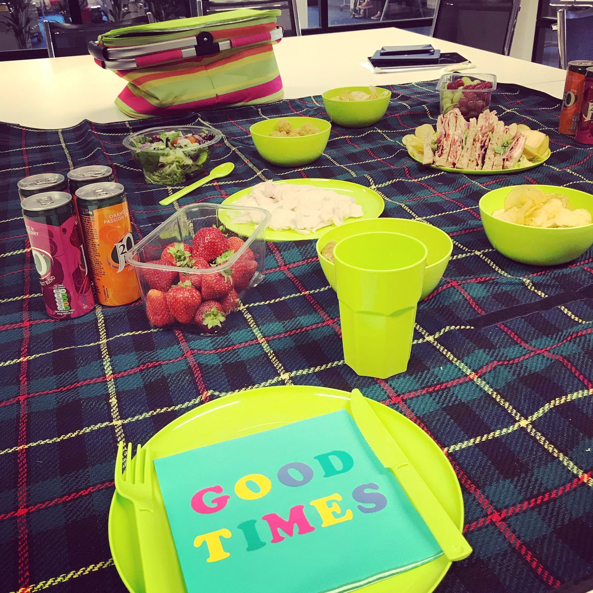 Lovely summer picnic for our lunch and learn today - thank you @CPGlasgow! #execspace #eventprofs <br>http://pic.twitter.com/WIocsKJ3JZ