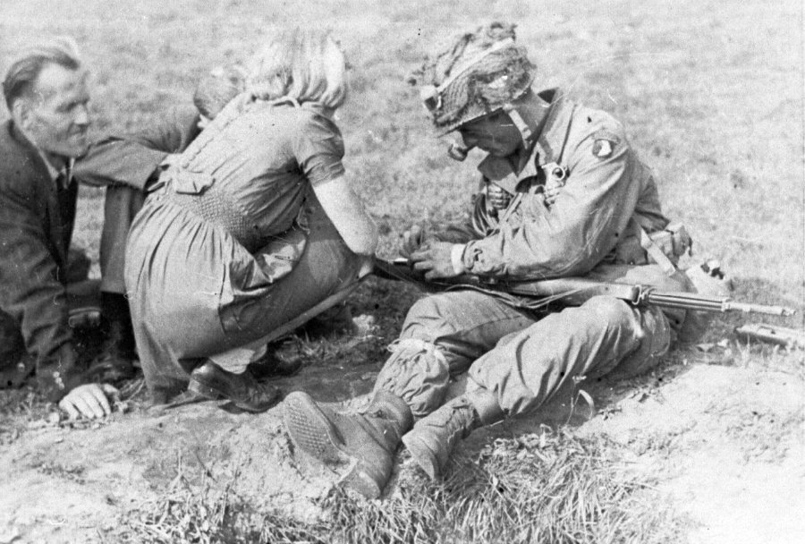 An American paratrooper of the 101st Airborne Division smokes a pipe, given by Dutch civilians at Eindhoven, September 1944. #WW2pic.twitter.com/xrNskhVwml