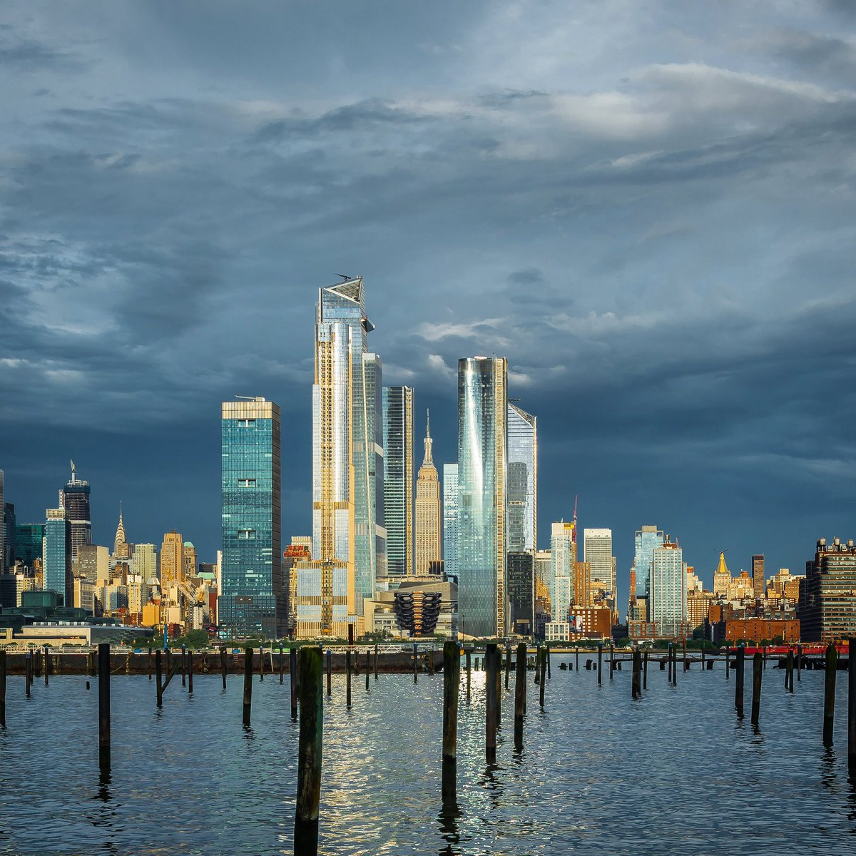 Stormy sky above Manhattan. View of the Empire State Building and the Hudson Yards across the Hudson River from Lincoln Harbor in Weehawken, New Jersey. <br>http://pic.twitter.com/KJ40d17xuG
