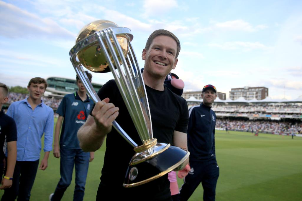 The @cricketworldcup comes to #Blast19!@EnglandCricket skipper @Eoin16 shows off the 🏆 at the @HomeOfCricket
