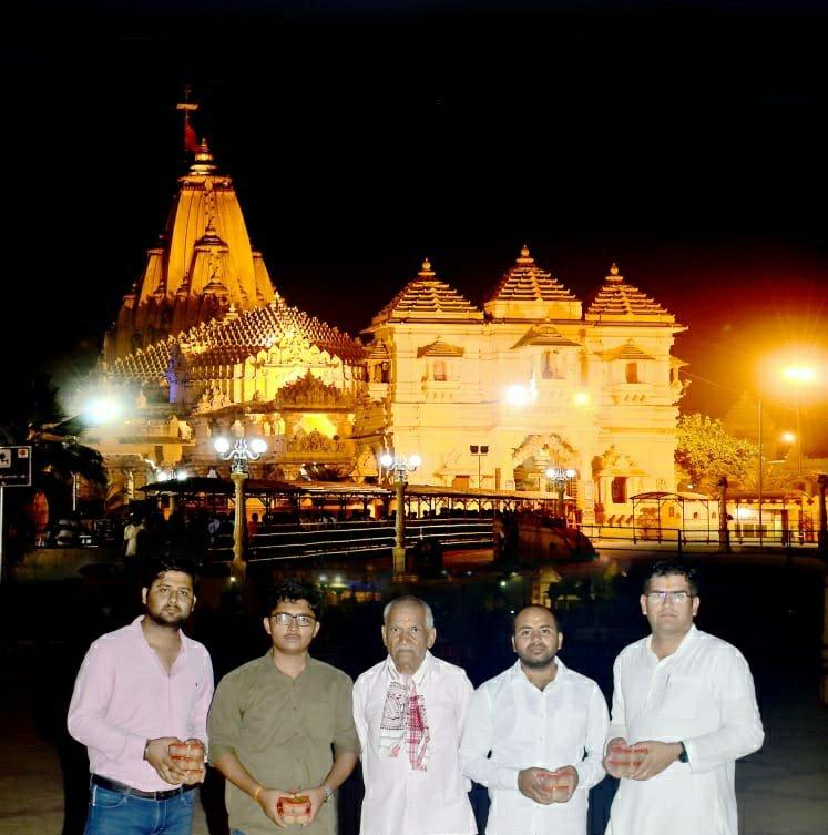 प्रथम ज्योतिर्लिंग श्री सोमनाथ भारत के उत्थान-पतन के इतिहास का प्रतीक है  अत्यंत वैभवशाली होने के कारण इतिहास में कई बार यह मंदिर तोड़ा तथा पुनर्निर्मित किया गया। अधर्म पर धर्म की विजय ,विध्वंस पर निर्माण की विजय के प्रतीक इस पावन स्थान के दर्शन का सौभाग्य प्राप्त हुआ    #Somnath  – at Somnath Temple